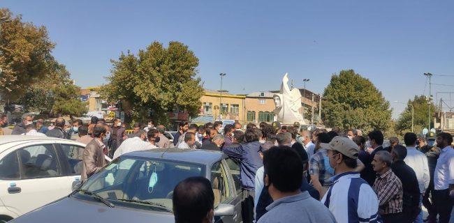 تجمع اعتراضی دستفروشان خیابان فردوسی سنندج/ وقتی کاسه کوزه ستاد کرونا بر سر دستفروشان شکسته می شود